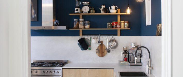 Keuken in donkerblauw en marmerlook.