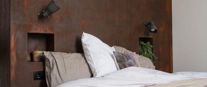 Slaapkamer: roestafwerking als hoofdeind.